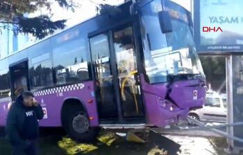 Ataşehir'de feci kaza! Reklam panosuna çarptı, havada asılı kaldı