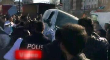 Patlama alanına giden polis aracı devrildi