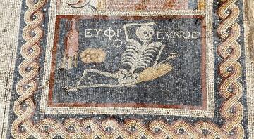 Neşeli ol, hayatını yaşa yazılı mozaik için İlber Ortaylıdan öneri