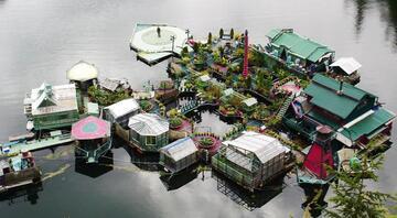 İnşa ettikleri mini adada yaşıyorlar