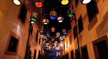 Sokakların çamaşır makinesiyle aydınlatıldığı festival