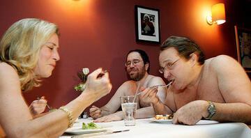 Bu restoranda yemek yemek isteyenler soyunmak zorunda