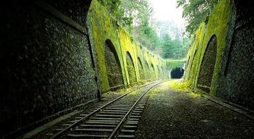 Paris'in terk edilmiş demir yolu