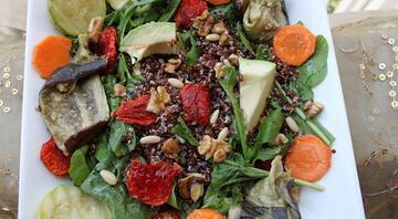 Kızarmış sebzeli kinoa salatası tarifi