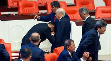 İYİ Partili vekil Bahçelinin elini öptü