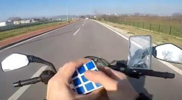 Motosikletle hareket halindeyken rubik küpü çözdü O anları sosyal medyada paylaştı