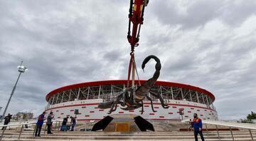 Dev akrep heykeli stadın önüne yerleştirildi