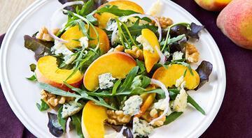 Yaz yemekleri için farklı seçenekler arayanlara çeşit çeşit salata tarifleri