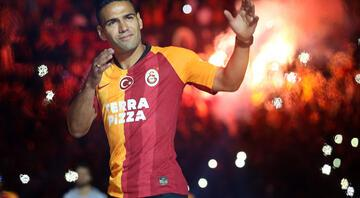 Terimsiz Galatasaray sahaya iniyor Radamel Falcao...