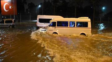 Adanada sağanak yağış Araçlar suda kaldı