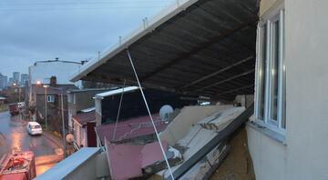Başakşehirde 2 katlı binanın çatısı başka binanın çatısına uçtu