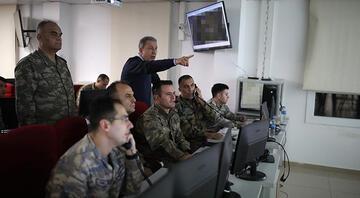 Bakan Akar ve komutanlar sınırdaki Komuta Merkezinde