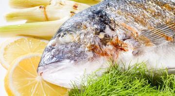 Balığın yanında bol limonlu, soğanlı yeşil salata Peki sebebini biliyor musunuz