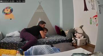 İzmir depreminden yeni görüntü Uykuda depreme yakalanan çocuğunu böyle korudu