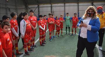 Kayserispor Başkanı Berna Gözbaşı, geleceğin futbolcularıyla buluştu
