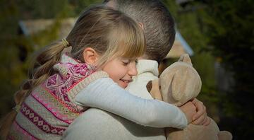 Çocuğunuza düzenli olarak sarılmak neden bu kadar önemli