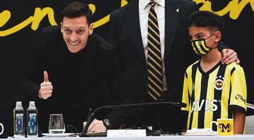 Fenerbahçe için tarihi gün: Mesut Özilin imza töreni başladı Ali Koç, Mesut Özil ve Emre Belözoğlu konuşuyor...