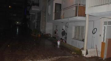 İzmirde dere taştı Evleri su bastı