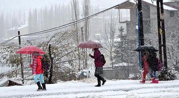 Son dakika… Yüz yüze eğitime kar yağışı engeli Hangi illerde okullar tatil oldu