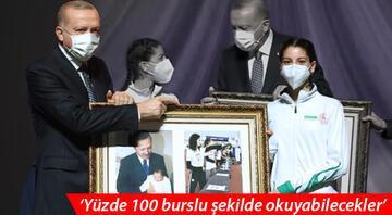 Cumhurbaşkanı Erdoğana sahnede büyük sürpriz 18 yıl sonra...