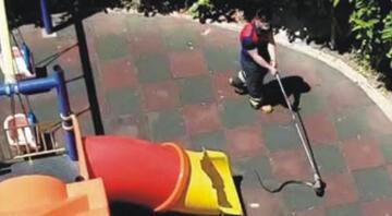 Sitenin çocuk parkında yakalanan yılan, doğaya salındı