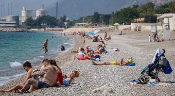 Antalyada turistler sahillere akın etti