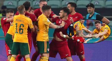Türkiye-Galler maçında saha karıştı 2 kişi Burak Yılmazı itti ve...