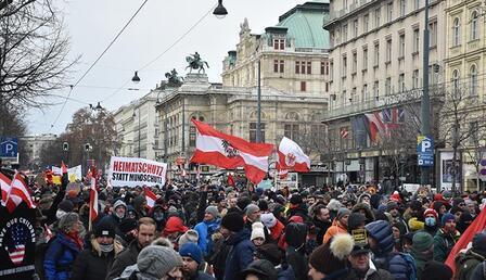 Avusturya'da binlerce kişi koronavirüs önlemlerini protesto etti