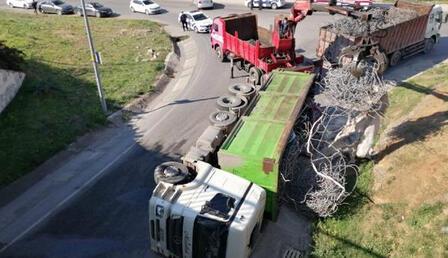 Demir yüklü kamyon devrildi: Sokak bir süre trafiğe kapatıldı