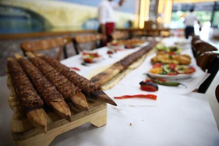 Tasarruf amacıyla başladı, Adana kebabına bambaşka bir lezzet kattı