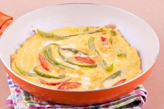 Beyaz peynirli ve yeşil biberli yumurta tarifi