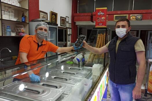 Afyonkarahisar'da bir usta aronya meyvesiyle dondurma yaptı