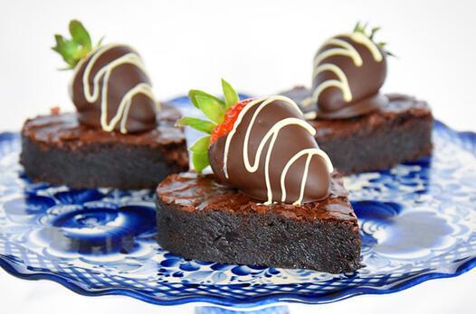 Çikolata kaplı çilek ile kalp brownie tarifi