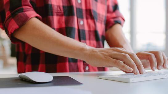 Dijital ekranlarda fazla zaman geçiren gençler dikkat!