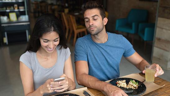 İlişkilerde Aşırı Kıskançlık: Nedir, Neden Olur, Ne Yapmalı?