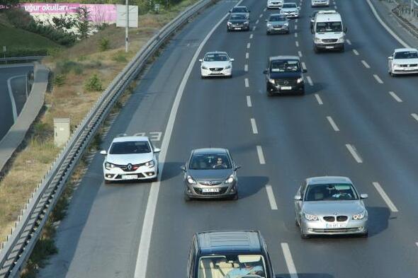 İstanbulda trafik arttı; çakarlı araçların emniyet şeridi yolculuğu başladı