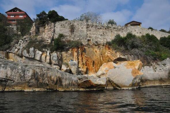 Amasra Kalesinin altındaki kayalıklar çöktü