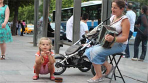 Sokak müzisyeni anne-kız
