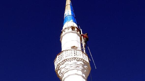 32 Yildir Minare Bakim Ve Boyasini Yapiyor