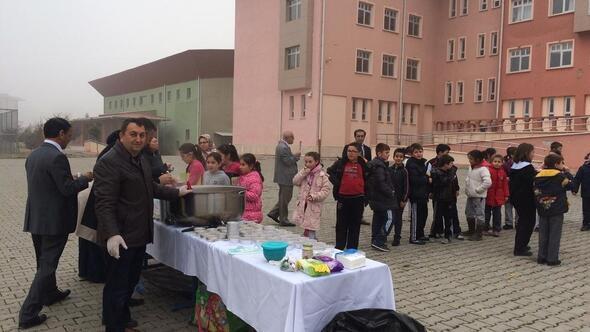 Atatürk İlkokulu Okul Aile Birliğinden aşure ikramı