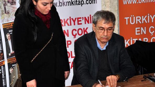 Orhan Pamuk, okurlarıyla imza gününde buluştu