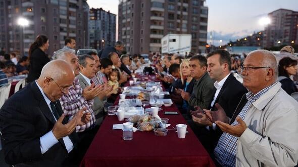 Başkan Yaşar, Yahyalar Pazar Yeri'nde Yenimahallelilerle Buluştu