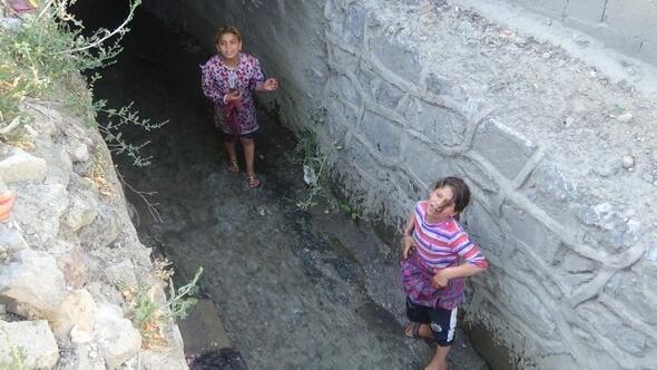 Suriyeli Çocuklar Dereye Girerek Serinledi