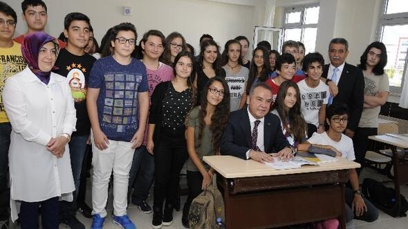 Başkan Böcek, Yaptırdığı Okulun Öğrencileriyle Bir Araya Geldi