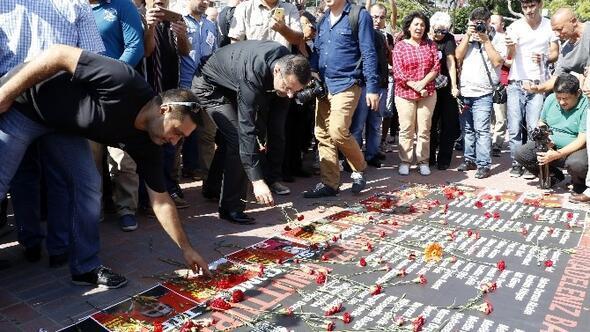Ankara'daki Patlamada Ölen 97 Kişi Karanfillerle Anıldı