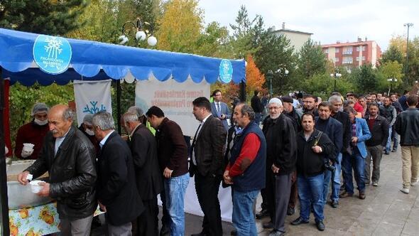 Palandöken Belediyesi Vatandaşlara Aşure Dağıttı