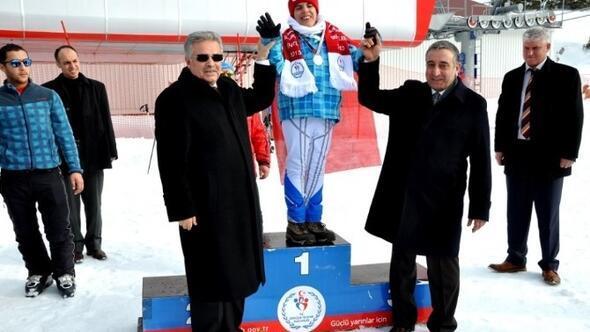 Vali Süleyman Kahraman'dan Özel Sporcular Madalya