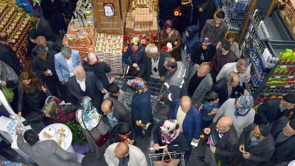 Market açılışında izdiham