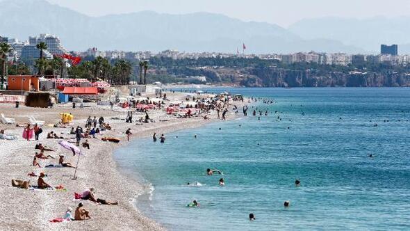 Antalyada tatilciler denize girdi