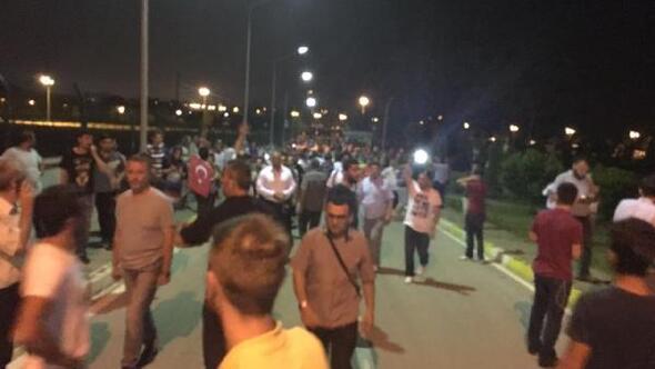 Toplanan grup Sakarya Valiliğini basan askerleri dışarı çıkardı: 8 yaralı